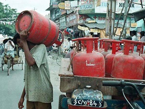 டீலர் கமிஷன் உயர்வால் சிலிண்டர் விலை 2 ரூபாய் அதிரடி உயர்வு..!