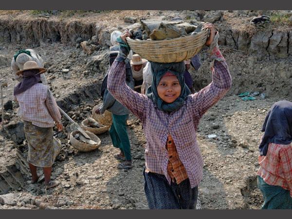 பெண் குழந்தைகளுக்கு கல்வி மறுக்கப்படுவதால் உலக நாடுகளுக்கு 30 டிரில்லியன் டாலர் இழப்பு: உலக வங்கி