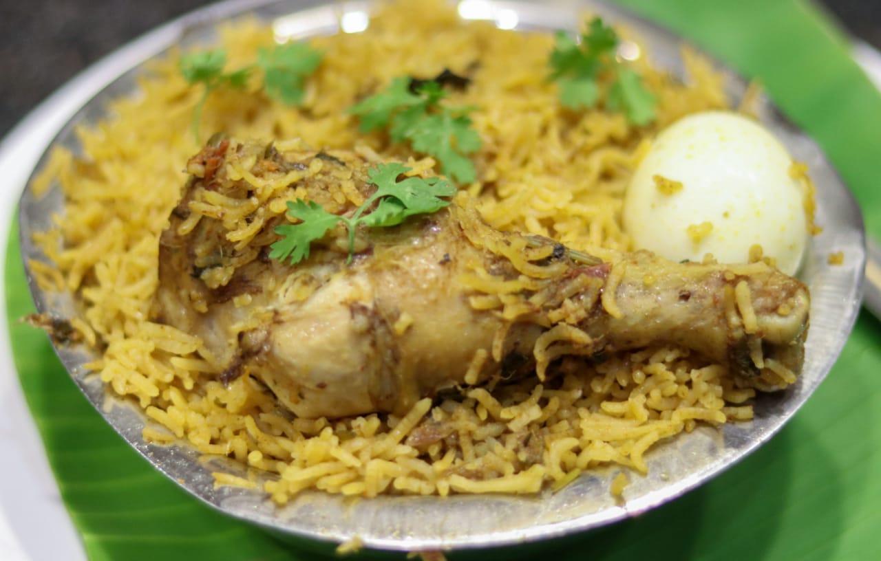 சுடச் சுட பிரியாணி.. நா ஊறும் சிக்கன் கிரேவி.. காம்பினேஷனில் கலக்கும்..  சேலம் RR Briyani! | Very tasty Briyani and yummy side dish in salem - Tamil  Goodreturns