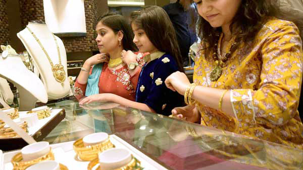 உச்சத்தில் இருந்து 10 கிராம் தங்கம் விலை ரூ.6800க்கு மேல் வீழ்ச்சி.. இது வாங்க சரியான நேரமா?